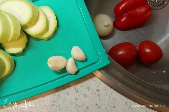 Подготовили все ингредиенты: помыли, почистили. Все, как обычно. Включили разогреваться духовку на 180–200°C.
