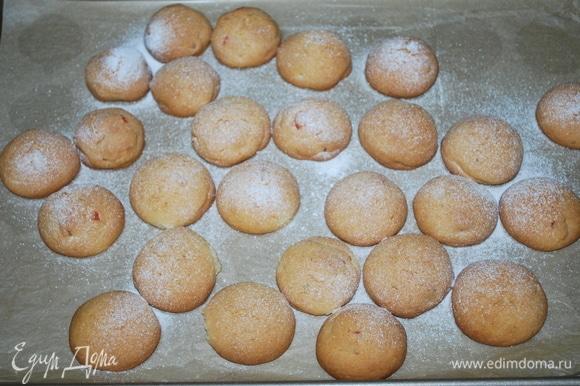 Готовое печенье посыпьте сахарной пудрой (по желанию).