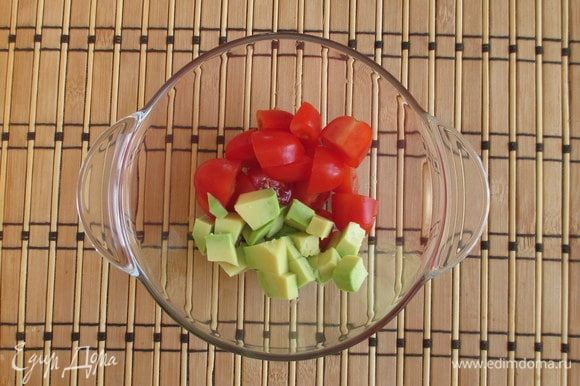 Свежие помидоры черри разрежьте на половинки, а если они у вас удлиненные, то на четыре части. Очищенное авокадо нужно нарезать кубиком.