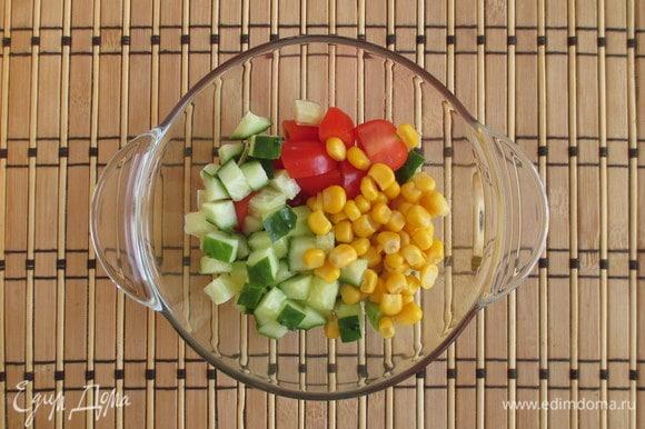 Огурец нарезается аналогично — кубиком. С кукурузы слейте жидкость, зерна отправьте в салатник к остальным овощам.