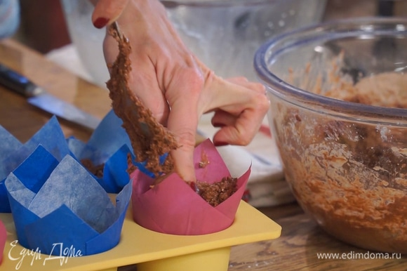 Тесто разложить в формочки для маффинов, заполняя их на 2/3 от объема.