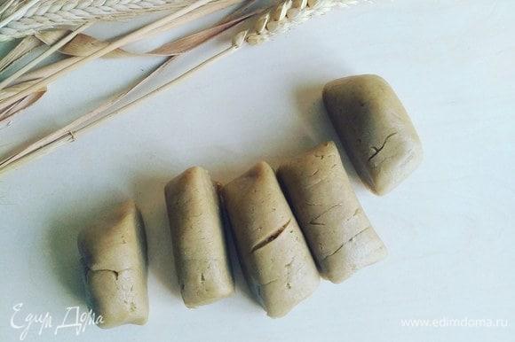 Делаем из теста колбаску и нарезаем ее на крупные куски.
