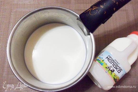 Молоко доводим до кипения, добавляем соль, сахар и всыпаем манную крупу.