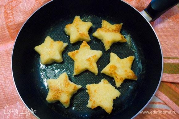 Обжариваем звездочки на сковороде на сливочном масле до румяной корочки.
