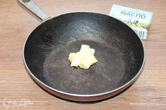 В сковороде, которую можно отправить в духовку с толстым дном и стенками, растопить сливочное масло. Если остался смалец от бекона, добавить и его. Тогда тесто будет с ароматом копчености и чеснока, советую, добавьте.