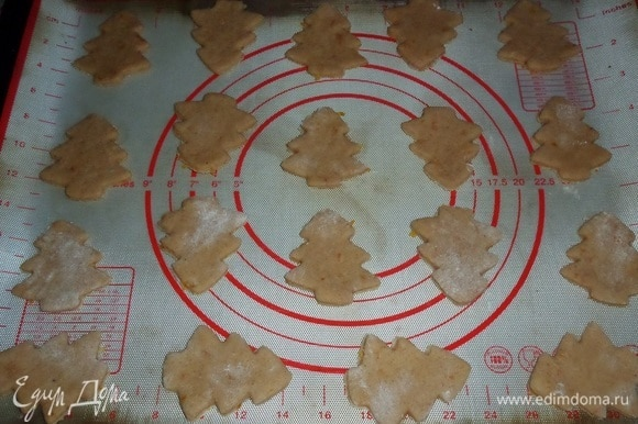 Выкладываем будущее печенье на противень, застеленный пергаментом или силиконовым ковриком.