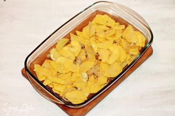 Форму для выпечки смазываем растительным маслом и выкладываем 1/2 часть картофельной смеси.