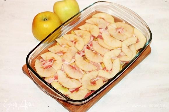 У трех яблок срезаем верхнюю часть и очищаем от семечек. Остальную часть яблок очищаем от шкурки, семечек и нарезаем пластинами. Кладем пластины яблок на бекон.