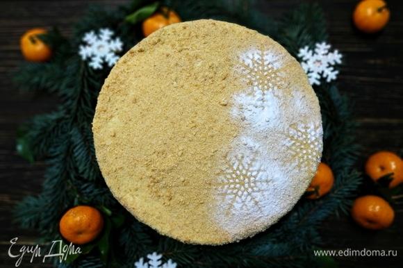 Украсьте торт и дайте ему пропитаться пару часов в холодильнике. С наступающим Новым годом и Рождеством всех.