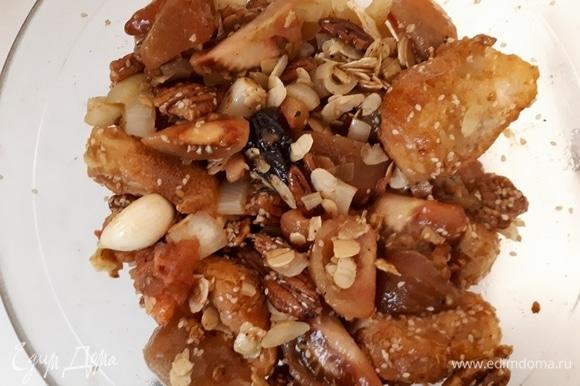Очистите лук, разрежьте его на крупные дольки и обжарьте в оставшемся от перцев масле. Также очистите чеснок и обжарьте его. Затем обжарьте остальные ингредиенты: орехи, кунжут, помидоры (предварительно очищенные от кожицы), чернослив (без косточек) и, наконец, хлеб (3 ломтика батона). Хлеб жарим в последнюю очередь, так как он вберет в себя все масло. Если в процессе жарки масла не хватает, подбросьте еще кусочек.