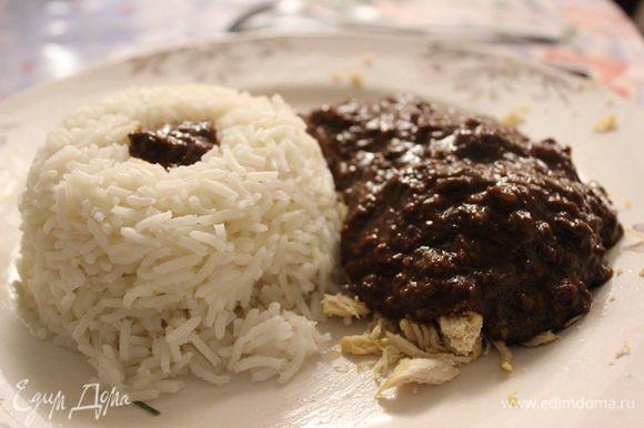 Подавайте моле горячим, вылитым на мясо курицы. В качестве гарнира хорошо подходит рис.