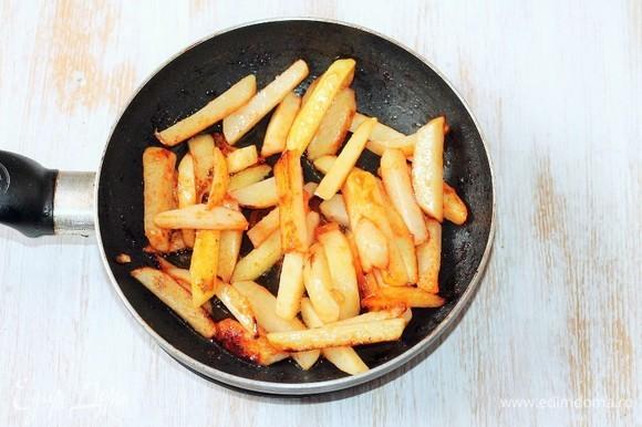 Разогреваем растительное масло в воке или на сковороде с толстым дном и обжариваем картофель до золотистой корочки.