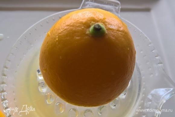 Выжать сок из трех лимонов. В сок добавить соль. В готовый маринад положить утиные грудки.