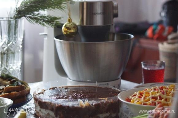 Основа торта — коржи из крошки сухарей. Поэтому первый этап приготовления — это измельчение сухарей в крошку.
