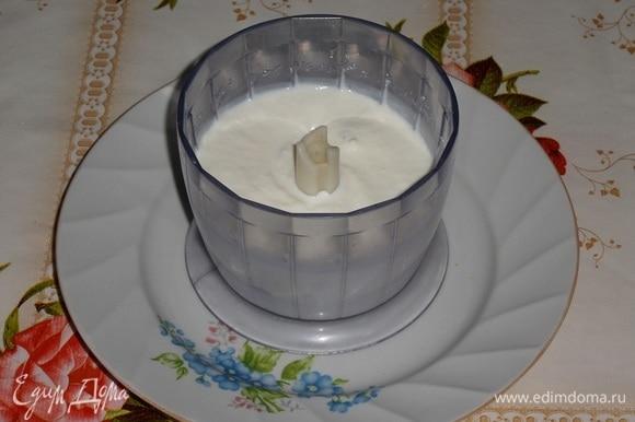 В чашу блендера выкладываем творог. Добавляем сливки и сахар. Взбиваем до однородного состояния.