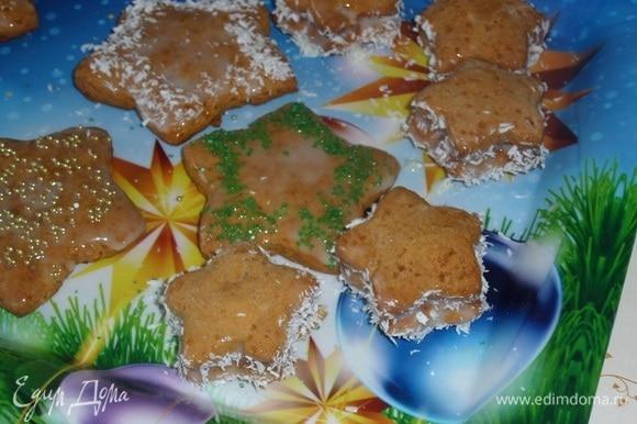 Остужаем печенье. Украшаем, используя сгущенное молоко, кондитерские посыпки и кокосовую стружку.