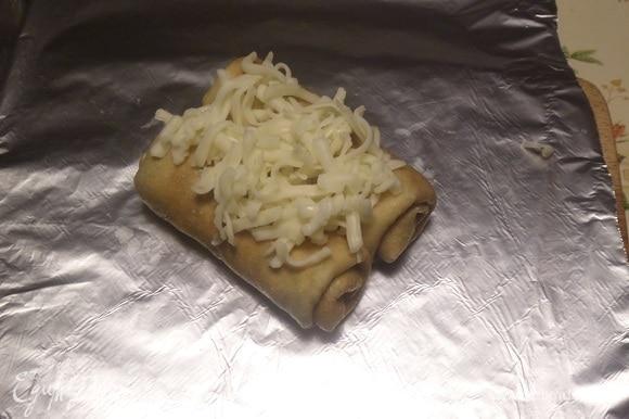 На лист фольги выкладываем 2 начиненных блина и посыпаем сыром. Аналогично делаем еще 3 пары блинов.