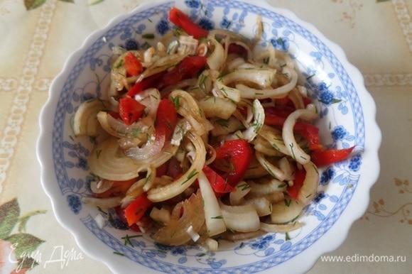 В чашку выкладываем нарезанные овощи и зелень. Добавляем 1 ст. л. соевого соуса. Перемешиваем. Начинка для рыбы готова.