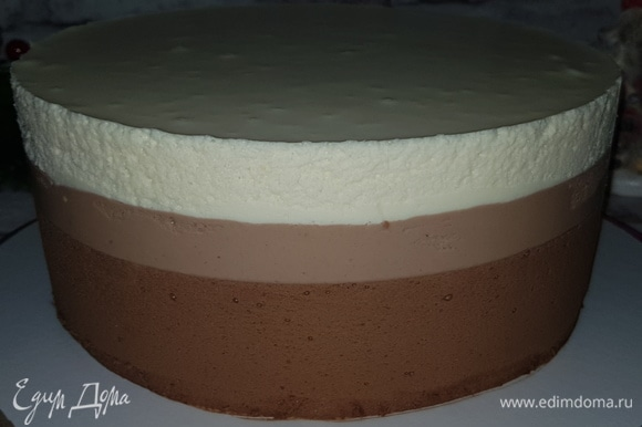 Как застынет последний слой, снимаем кольцо с торта и ацетатную пленку. Взбиваем сливки (50 г) с 1 ст. л. сахарной пудры до плотных пиков, чтобы сделать «снег» для декора торта. Для маршмеллоу нам понадобятся формы-полусферы, смазываем их растительным маслом без запаха. Желатин замочить в 75 г холодной воды, дать набухнуть и растопить в микроволновой печи. Вливаем растопленный желатин в чашу миксера и взбиваем. В сотейник влить 80 г воды, сахар и сироп глюкозы, довести до кипения, помешивая, после закипания мешать сироп не надо. Доводим сироп до 110°C. Вливаем сироп тонкой струйкой в желатин и взбиваем на максимальной скорости миксера 5 минут. Масса увеличивается в объеме, становится светлой и воздушной. Отсаживаем маршмеллоу из кондитерского мешка в полусферы, сглаживаем поверхность, чтобы при склеивании двух полусфер у нас получился ровный шарик. Оставляем маршмеллоу на 4–5 часов, после этого соединяем 2 полусферы, выравниваем края и обваливаем «снежок» в сахарной пудре.
