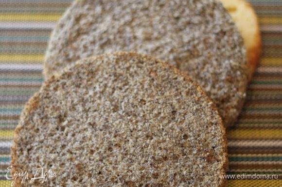 Маковый бисквит. В рецепте порция на 1 корж, нужно 2 коржа. Для бисквита взбиваем яйца с сахаром около 10 минут до густой светлой массы. Масса должна быть пышной и увеличиться. Мак перемолоть на кофемолке — буквально чуть-чуть. Всыпать в массу мак и аккуратно вымешать массу лопаткой, вымешивать снизу вверх, чтобы не села. Добавить муку и снова все хорошо и аккуратно перемешать до однородной массы. Выложить тесто в форму. Выпекать бисквит 30–40 минут. Готовность бисквита проверяем зубочисткой, она должна быть сухой. Достать форму, оставить бисквит до полного остывания, после завернуть бисквит пленкой и убрать в холодильник на 6–8 часов.
