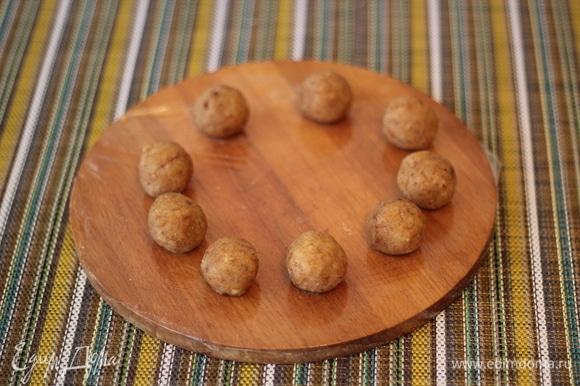 Из обрезков бисквита сделаем снежки для украшения. К обрезкам добавить немножко карамельного соуса, скатать шарики и поместить их в морозилку до полной заморозки. После заморозки шарики обвалять в креме и кокосовой стружке и снова поставить в морозилку на 20 минут.