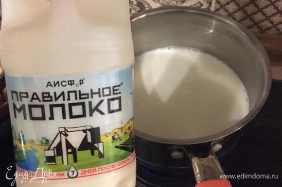 Подогреваем молоко до 40°C (до состояния тепло-горячее). Вливаем его в массу. Перемешиваем.