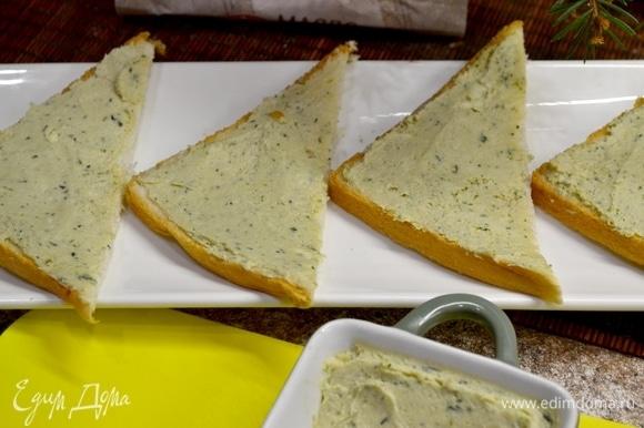 Берем любой любимый хлеб, можно подрумянить в тостере или на сковородке при желании. Намазываем нашим ароматным маслом.