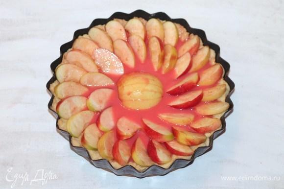Равномерно залить яблоки приготовленным суфле. Выпекать пирог в духовке при температуре 180–190°C еще 30 минут.