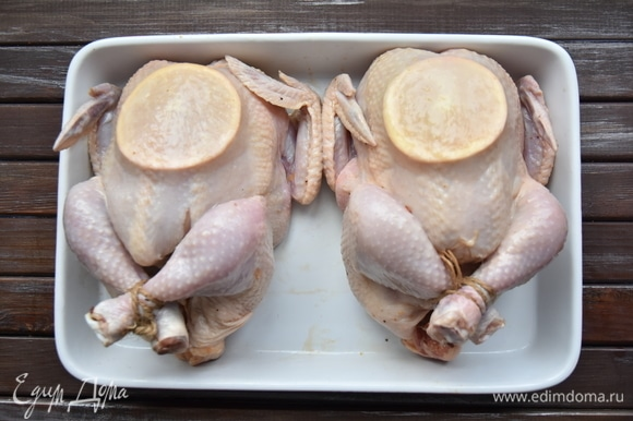 Переложить цыплят на противень. Духовку разогреть до 180°C. Запекать 20 минут. Затем еще 30 минут, смазывая птицу каждые 15 минут оставшимся маринадом.