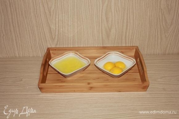 Отделяем желтки от белков. Первые можно убрать, в рецепте они не пригодятся.
