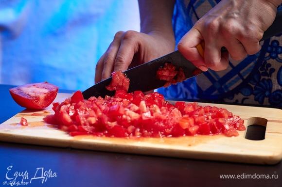 Мелко порубите несколько свежих помидоров.
