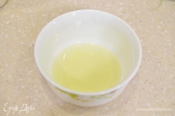 Белок отделите от желтка или возьмите уже готовый белок.