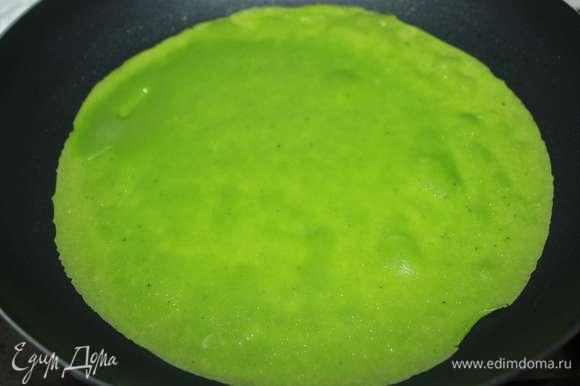 Далее готовим тонкие блинчики (в данном случае диаметр сковородки — 22 см). Сильно блины не зажаривать, чтобы они оставались красивого зеленого цвета. Всего получилось 18 блинчиков.