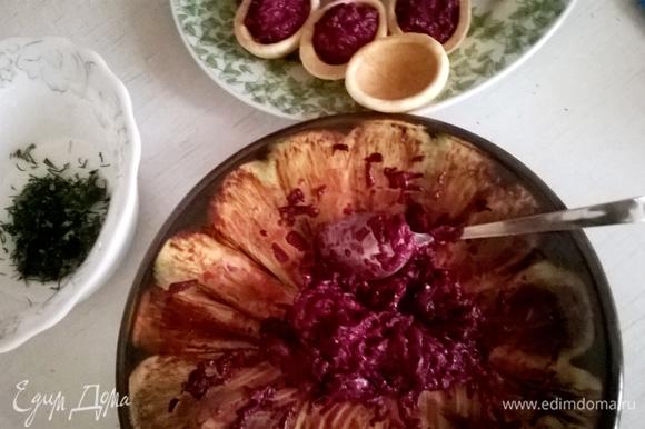 Остывшие скорлупки начиняем полученной овощной массой и украшаем нарезанным укропом.