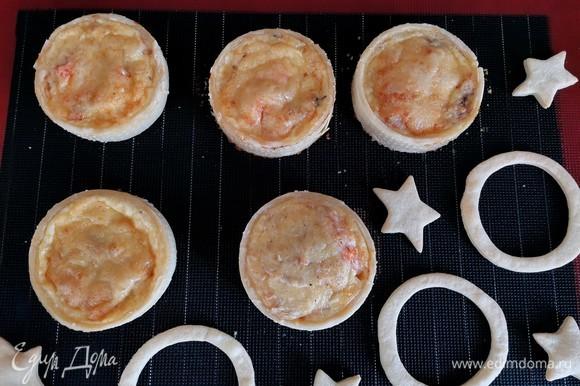 Через 25 минут достаем тарты, аккуратно снимаем перфорированные кольца и возвращаем в духовку на 5–7 минут, чтобы бортики тартов подрумянились.