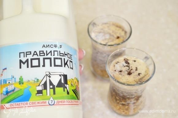 Влейте молоко. Я использую молочные продукты, в том числе и молоко, АО АИСФеР. Молоко этой торговой марки имеет короткий срок годности, а значит, оно полностью натуральное. Уберите овсянку в холодильник до утра (на 7–14 часов).