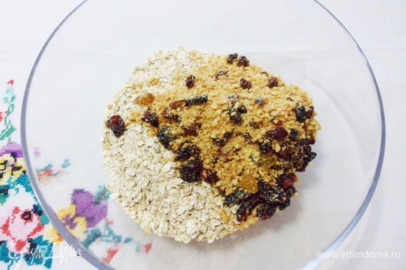 Овсяные хлопья (лучше взять сорт «Экстра») смешиваем с орехами и ягодами.