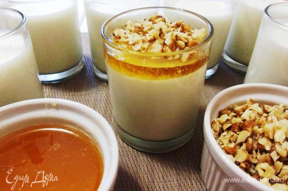 Жидкий мед взбить венчиком с молотым имбирем. Йогурт в баночке (можно переложить йогурт в креманку) залить медом и добавить орехов.