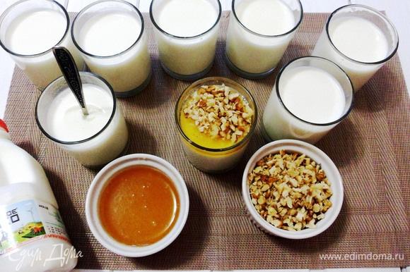 Домашний йогурт с медом и грецкими орехами готов.