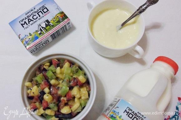 Заправить фруктовый салат молочным соусом.