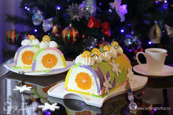 Рулет украсить по вкусу и можно радовать своих близких вкусной праздничной и ароматной выпечкой.