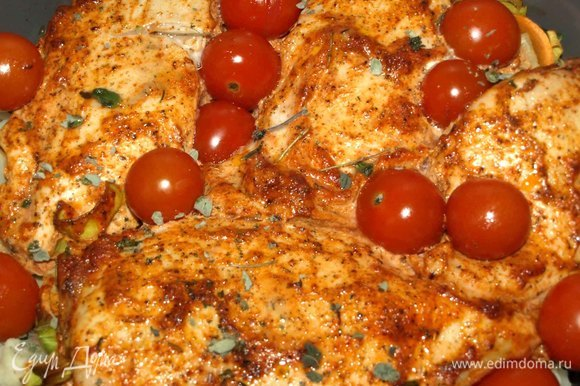 Достаем через 30 минут и добавляем помидоры черри, посыпаем сухим орегано и отправляем еще на 15–20 минут.