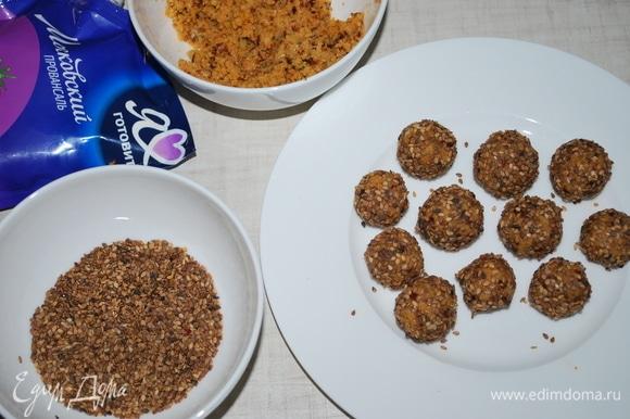 Из сырной массы скатайте шарики и обваляйте их в кунжуте (кунжут предварительно обжарьте на сухой сковороде).