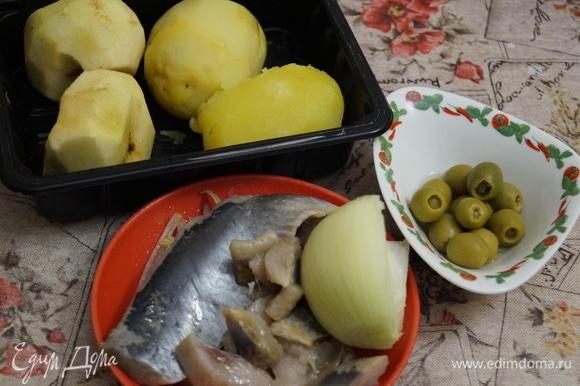 Филе сельди от одной селедки, картофель, лук нарежьте на мелкие кубики.