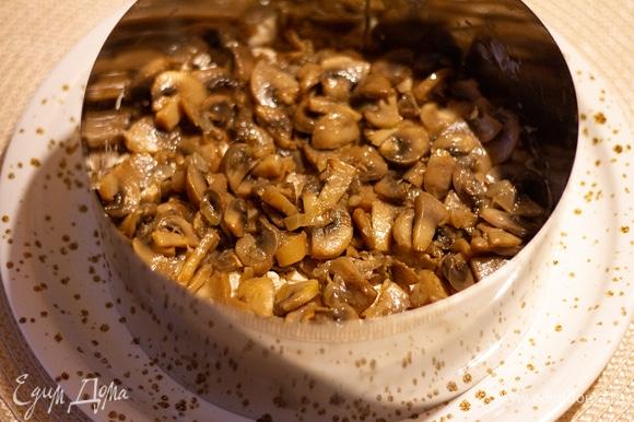 Второй слой — обжаренные с луком грибы. Этот слой смазывать не нужно.