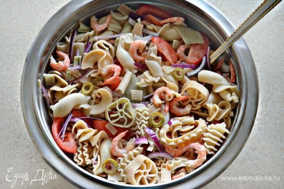 В миске соедините все ингредиенты для салата, заправьте коктейльным соусом и перемешайте.