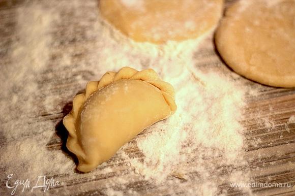 В глубокую миску просеять половину муки. Добавить соль и растительное масло, хорошо перемешать. Влить крутой кипяток и замешать тесто: сначала ложкой, а потом руками. Постепенно добавлять оставшуюся муку, тесто должно получиться мягкое, гладкое, не должно липнуть к рукам. Может потребоваться чуть больше муки, она всех разная. Завернуть в пищевую пленку и оставить отдыхать на 30–40 минут.