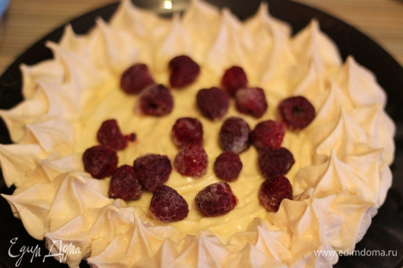 Выкладываем ягоды малины сверху шоколада