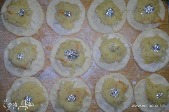 Кружки теста немного расплющить пальцами по краям, чтобы в местах склеивания вареников тесто не было слишком толстым. На кружки теста выложить немного начинки и не забыть про сюрпризы.