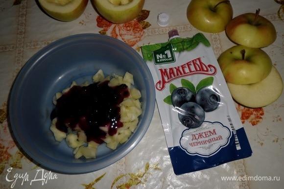 Нарезанные яблоки выкладываем в чашку и добавляем джем ТМ «МахеевЪ».